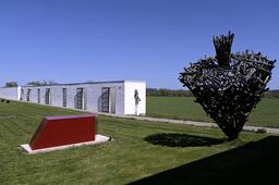 Körsbärsgården i Sundre har numera visningsträdgård, konsthall och skulpturpark. Här syns verk av Akiko Horio, Maria Miesenberger och Tage Andersen. Arkivbild.